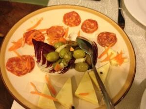 Pecorino, olive e salame piccante